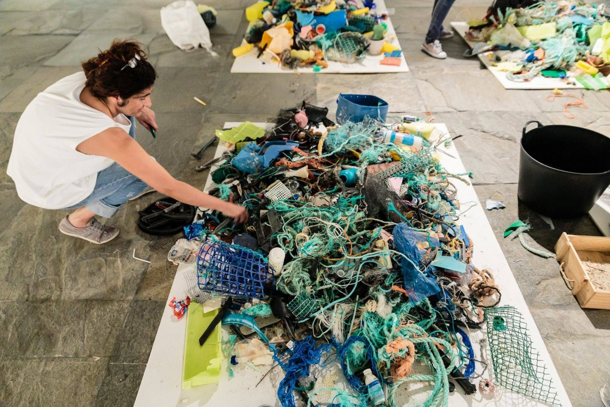 Maria Jose Arceo with the plastic collected from the beach. Photo: Óscar Gorriz